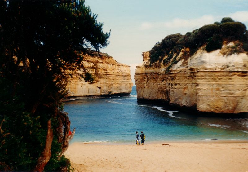Great Ocean Road. Loch Ard Gorge. Two divers on their way to the underwater sanctuary. Photo by Chili.